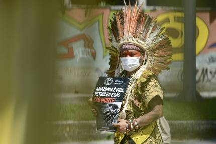 Ninawa Huni Kui in front of the Fossil Auction Event protesting for Amazon lands